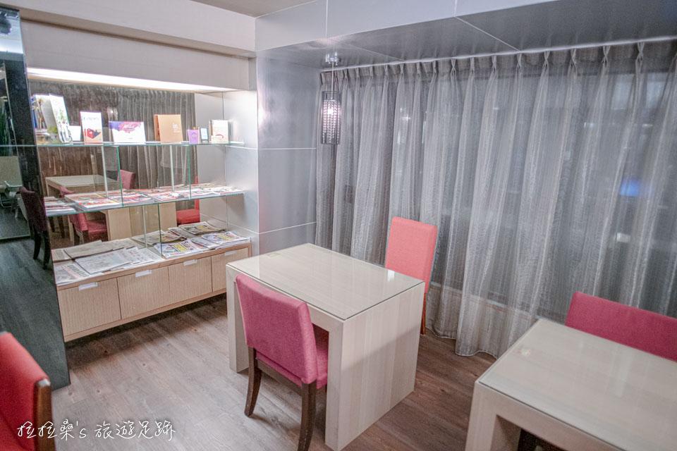 台中文華道會館的商務中心,有電腦、雜誌可使用