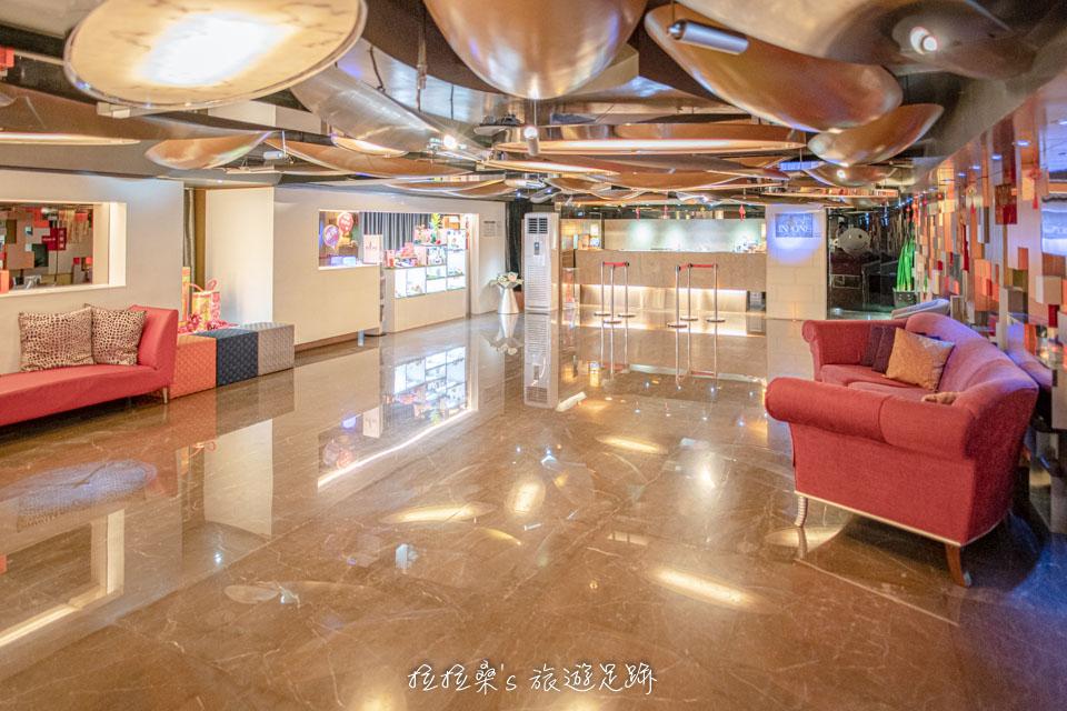 台中文華道會館大廳設計得十分時尚,利用各種玻璃、拼貼方塊,巧妙的營造出一股時髦、現代感