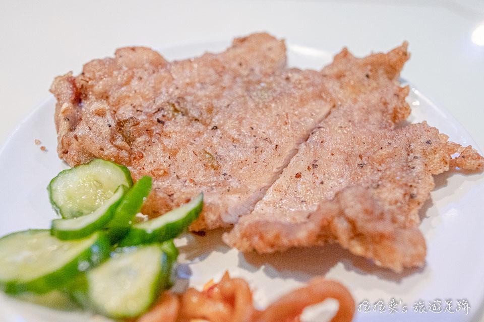 東一排骨好吃的地方就在於,有先醃過才下鍋油炸,且火侯的掌握非常好,每一口都能吃到酥脆的外皮