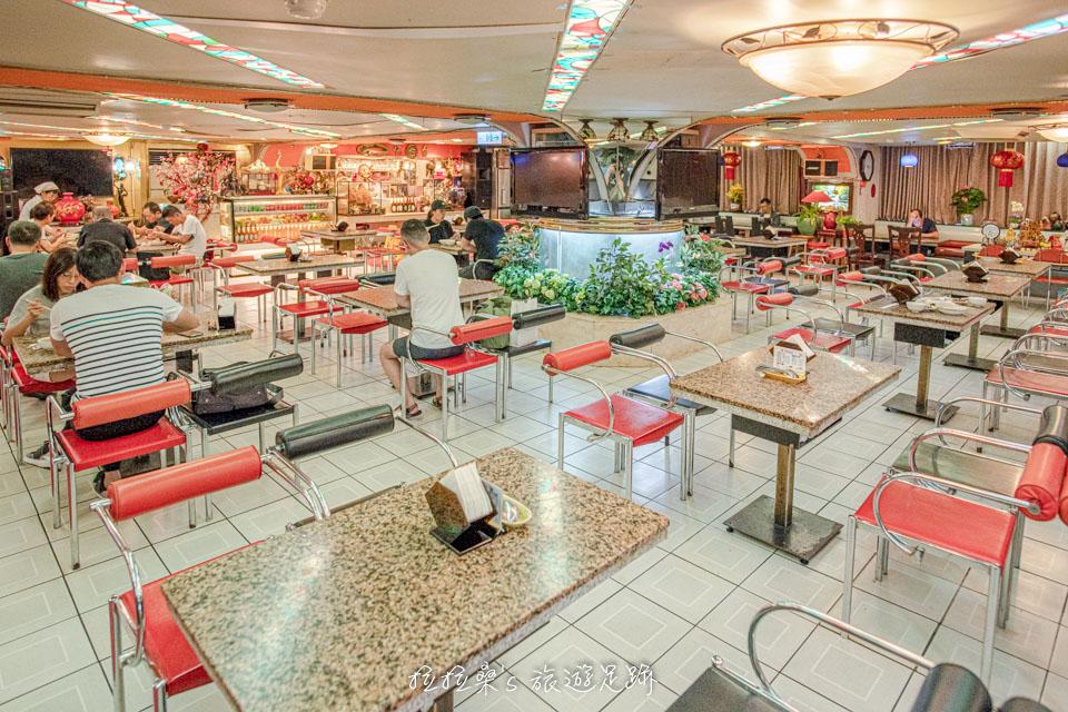 台北東一排骨總店保留著舊時舞廳裝潢,不少人就是來這回味當年的感覺