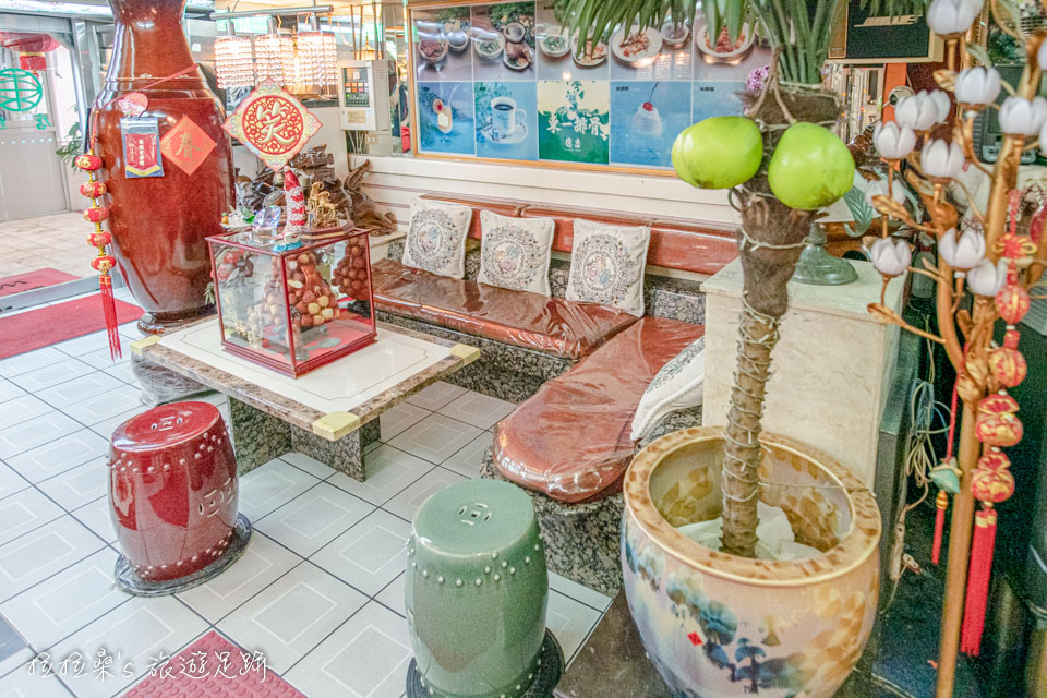 台北東一排骨總店保留著舊時舞廳裝潢,非常特別