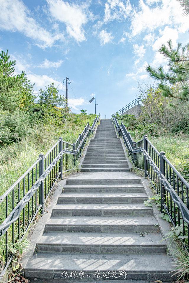 從免費停車場到櫻島湯之平展望所需要經過一段小樓梯