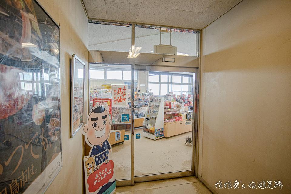 日本鹿兒島櫻島湯之平展望所1樓的小賣店,有賣伴手禮、紀念品及飲料零食等等