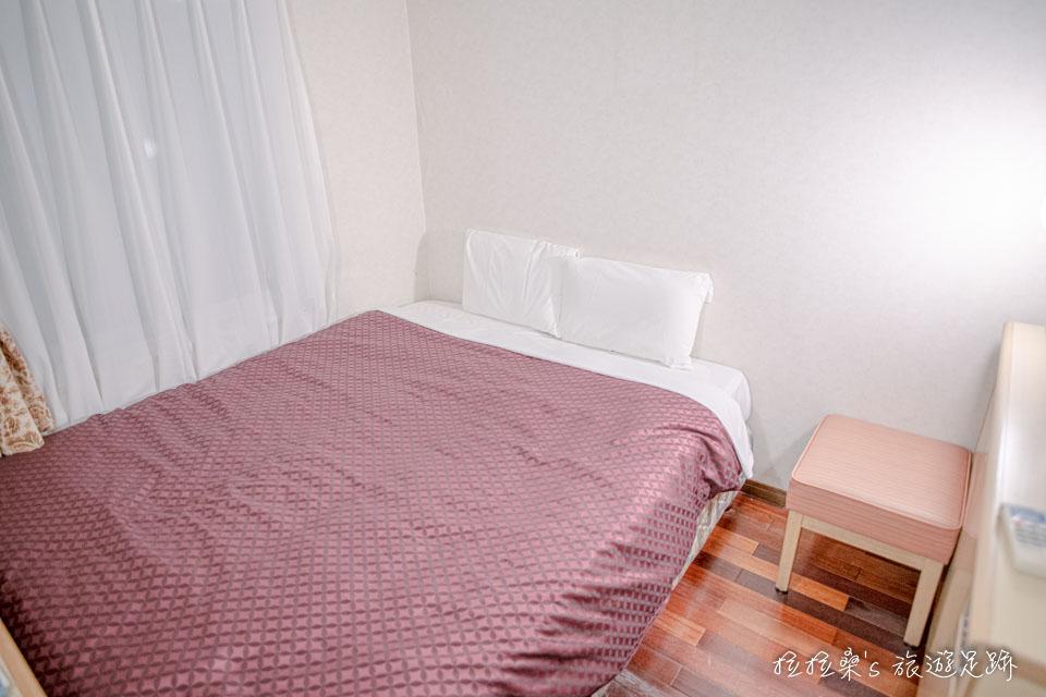 沖繩那霸公園球場飯店的雙人床還蠻大的,很夠用
