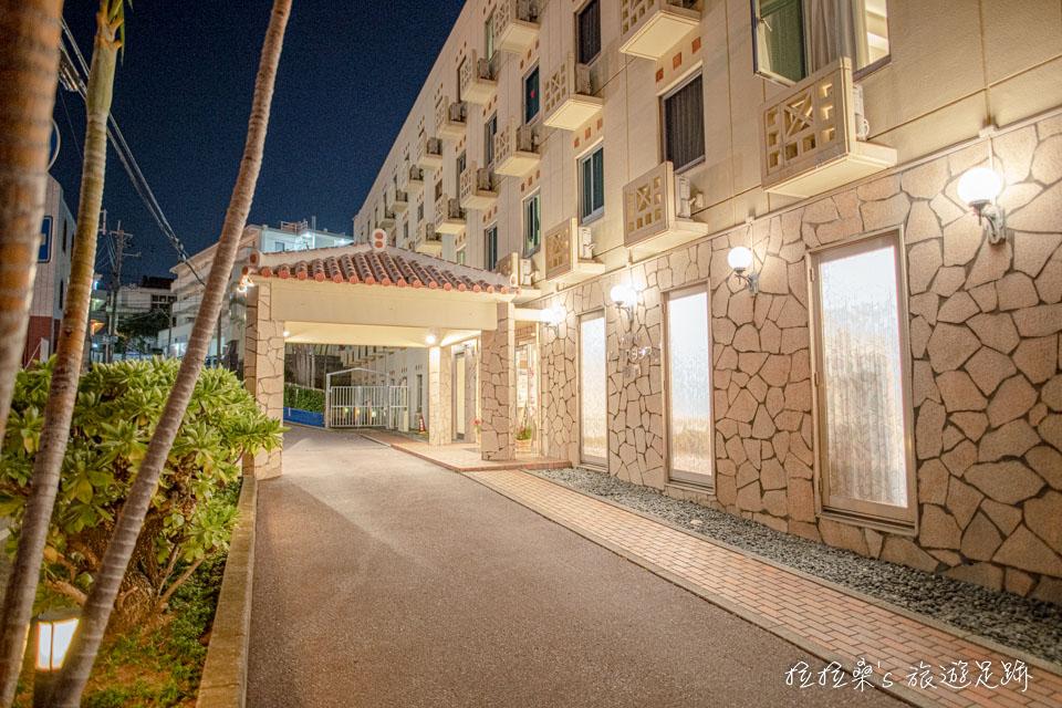 沖繩那霸公園球場飯店大門前也有獨立車道