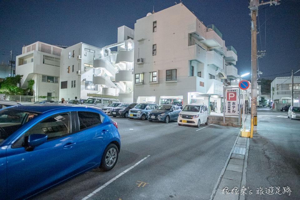 沖繩那霸公園球場飯店的免費停車場,住客均能免費停車