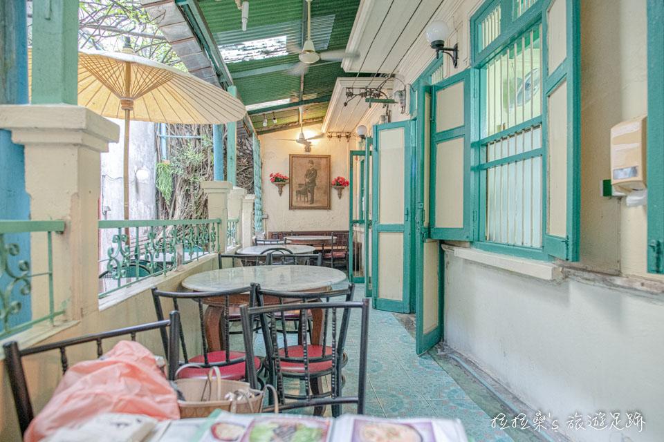 泰國曼谷 Harmonique 餐廳有中庭、屋內兩個座位區