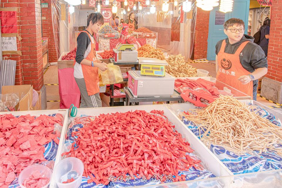 迪化街年貨大街也有賣古早味魚漿片、鮪魚糖,小時候還蠻常吃的零食