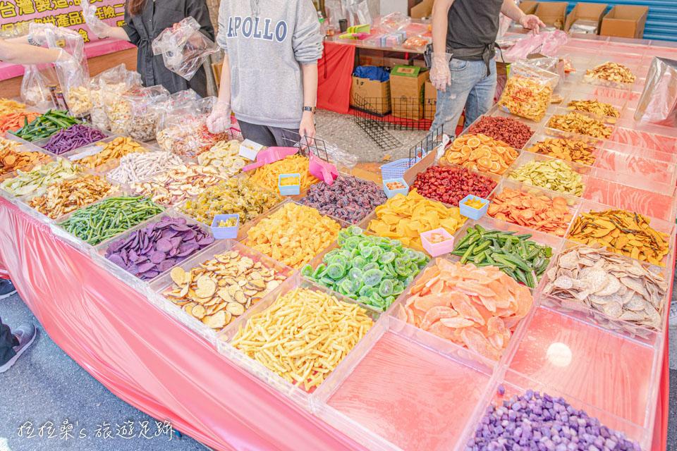 年貨大街上的水果乾,顏色鮮艷討喜,跟春節還蠻搭的