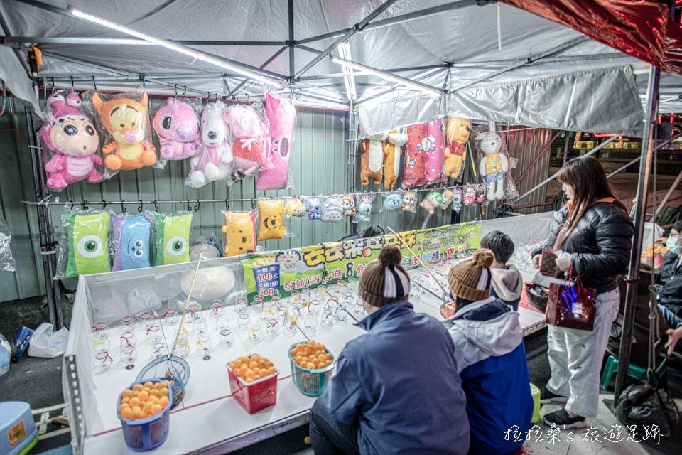 2020台北燈節的城隍燈區,還有不少攤位可以逛呢!就像一座小夜市般,好熱鬧