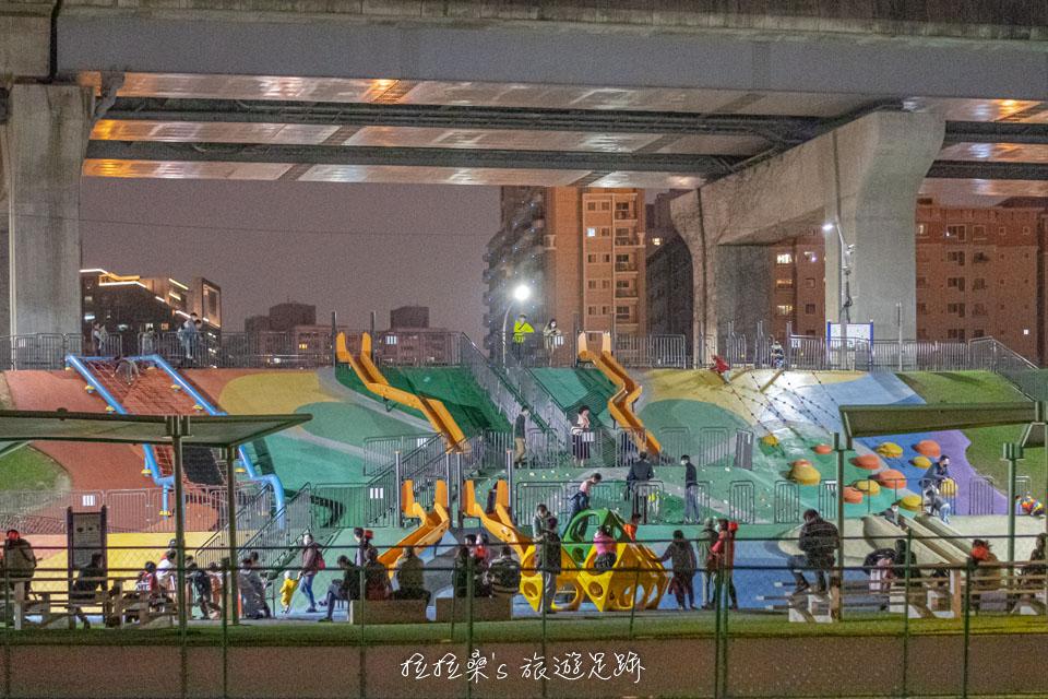 辰光橋所在的新北大都會公園有許多兒童遊樂設施
