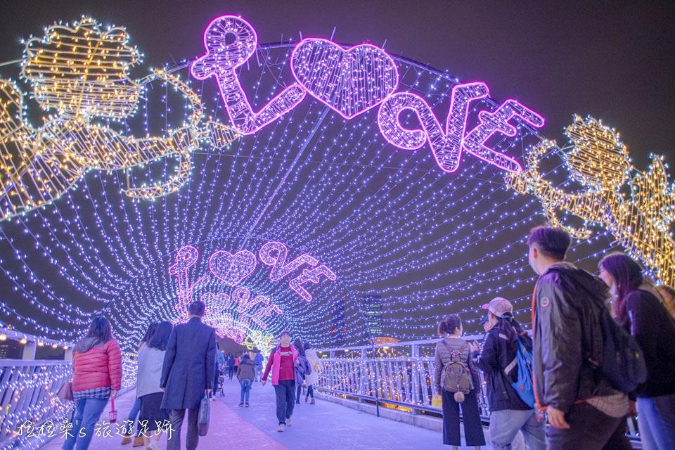 辰光橋的光雕、燈海隧道,以情人節作為主題,浪漫又好拍