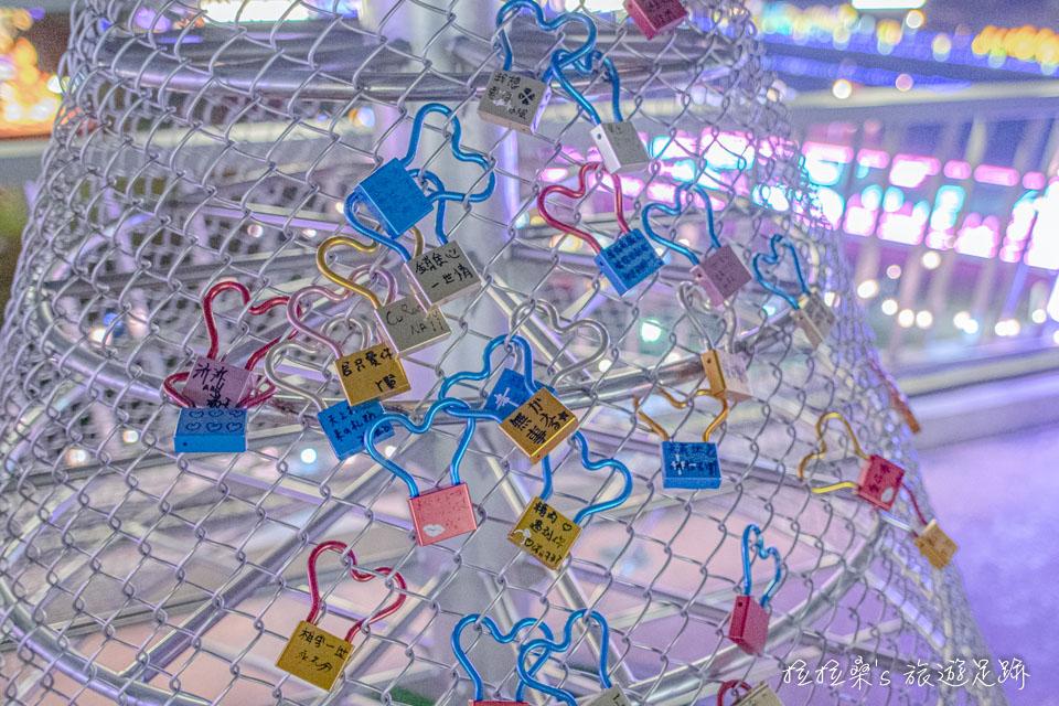 辰光橋光雕展,還有愛情鎖可以買來掛