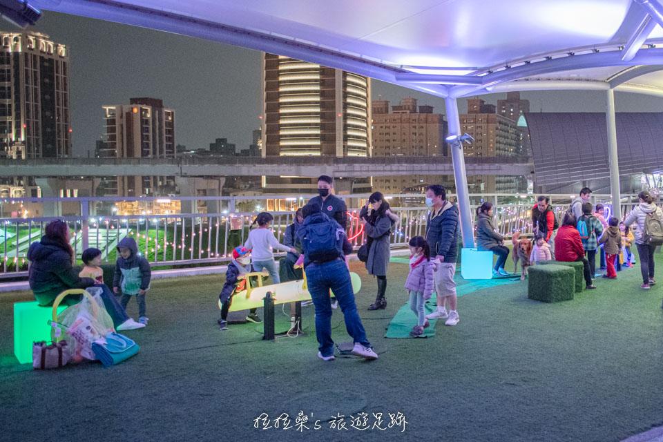 辰光橋沿途有能讓小朋友玩樂的休息區