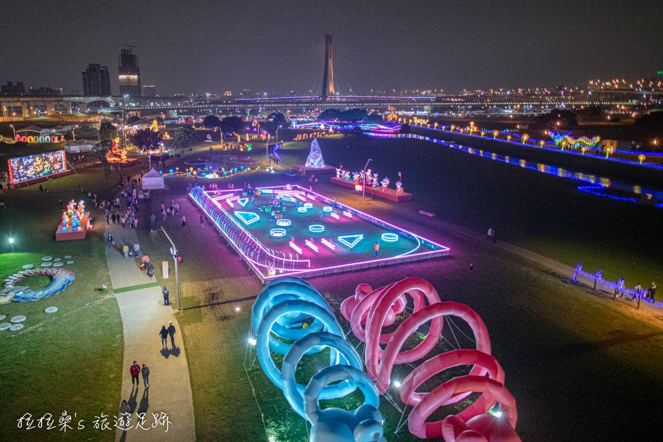 從辰光橋上還能欣賞到今年新北燈節的燈飾