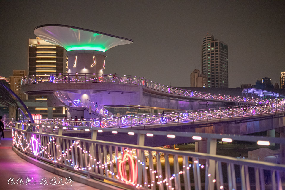 造型特別的辰光橋,搭配著光雕、夜景,畫面也十分美