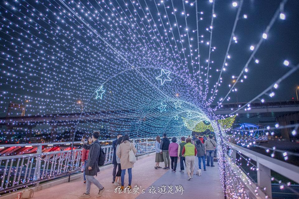 辰光橋的光雕、燈海隧道,還會不時變幻燈色