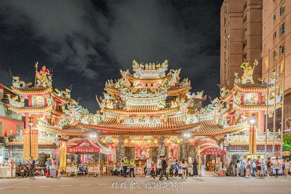 台北饒河街夜市一旁香火鼎盛的松山慈祐宮