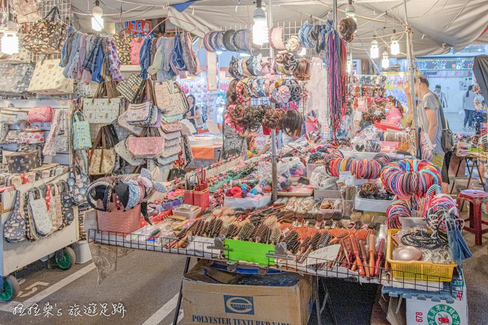 除了吃的之外,饒河夜市也有不少服飾、小物攤位