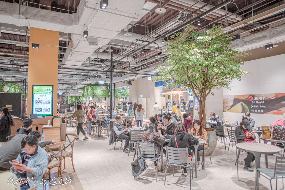 新店京站小碧潭店出滿綠意的森林系用餐區