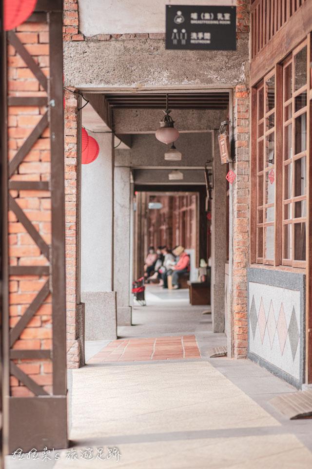 台北剝皮寮老街兩旁連棟的紅磚牌樓厝,戶戶都藏著陳年的歷史