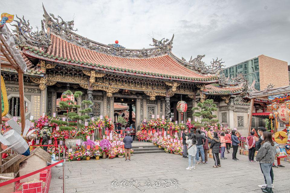 艋舺龍山寺的廟埕,範圍頗為寬闊