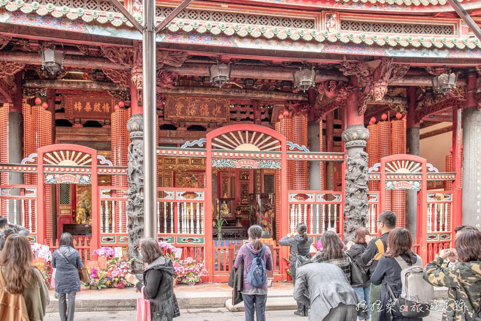 艋舺龍山寺的後殿中央供奉著媽祖