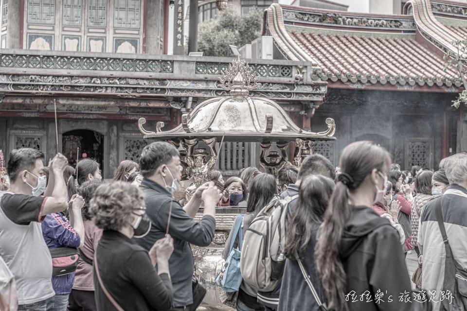 目前艋舺龍山寺已禁止信徒燒香,改為僅由寺方每日定時點香