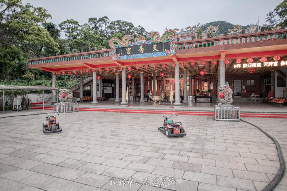 汐止天秀宮前廣場有小孩的遊樂設施