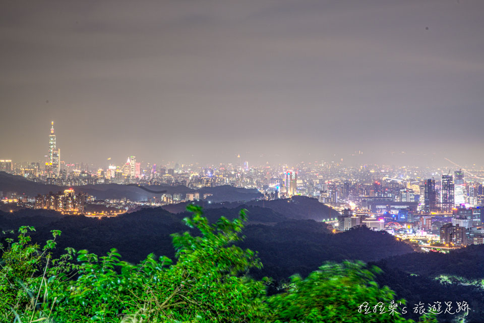 新北汐止天秀宮夜景,廟前就能輕鬆賞大台北夕陽與夜色,更能遠眺101大樓