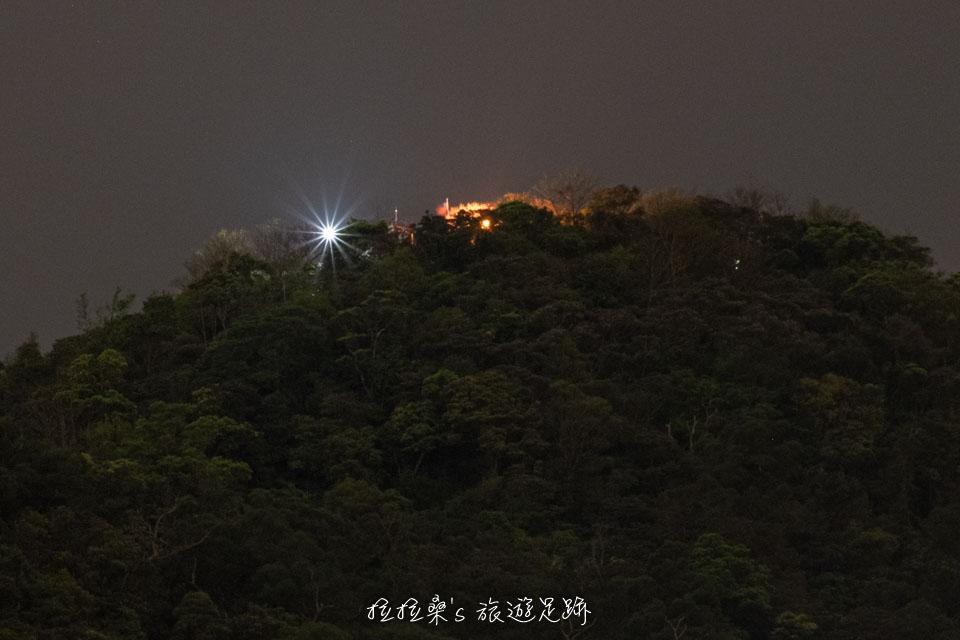 爬上大尖山頂的涼亭,視野更好、夜色更美