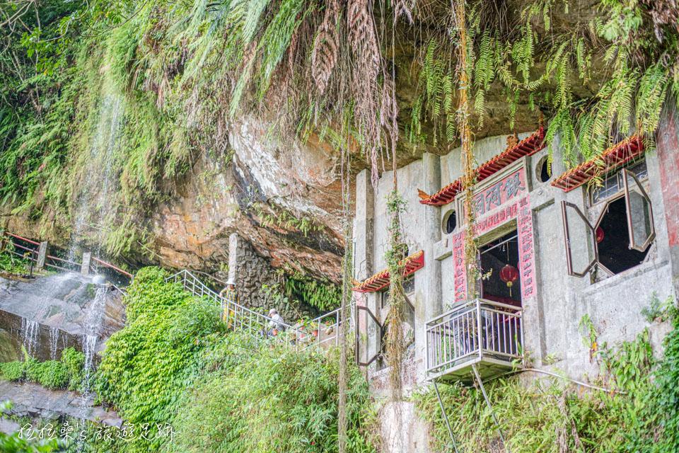 新店銀河洞瀑布旁的小廟已有百年歷史