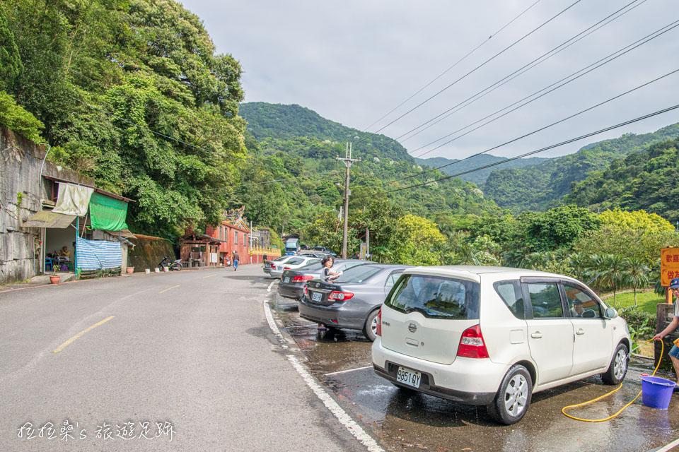 姜子寮絕壁步道附近的福興宮,是知名的免費洗車地點