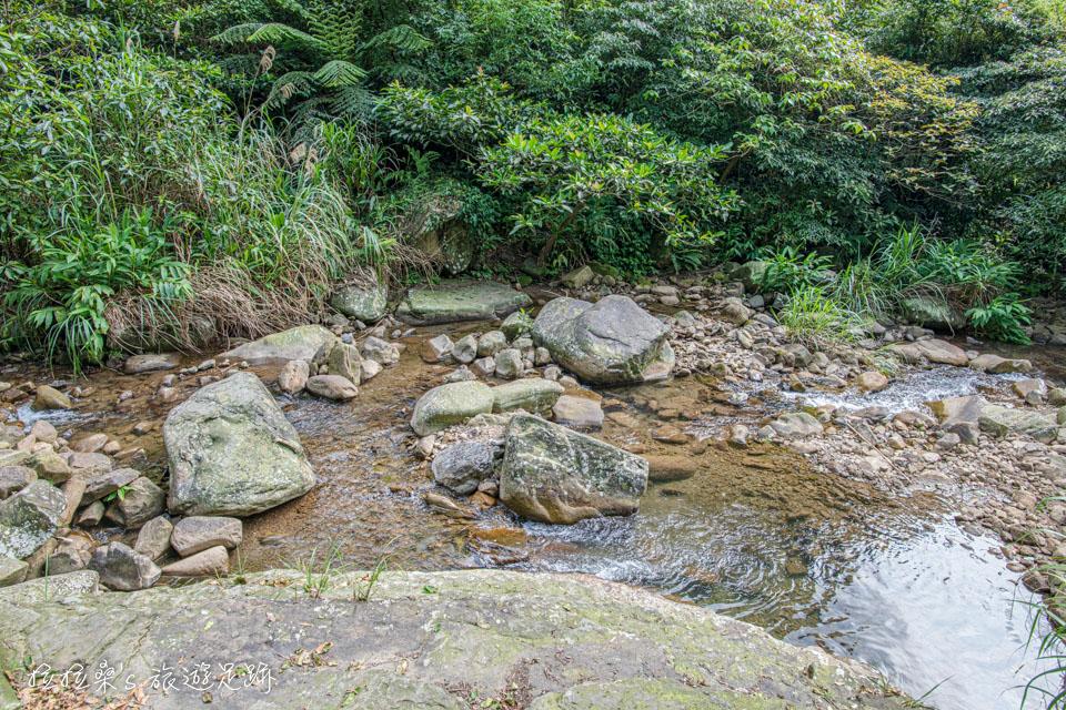 姜子寮絕壁步道一旁就是清澈的姜子寮溪