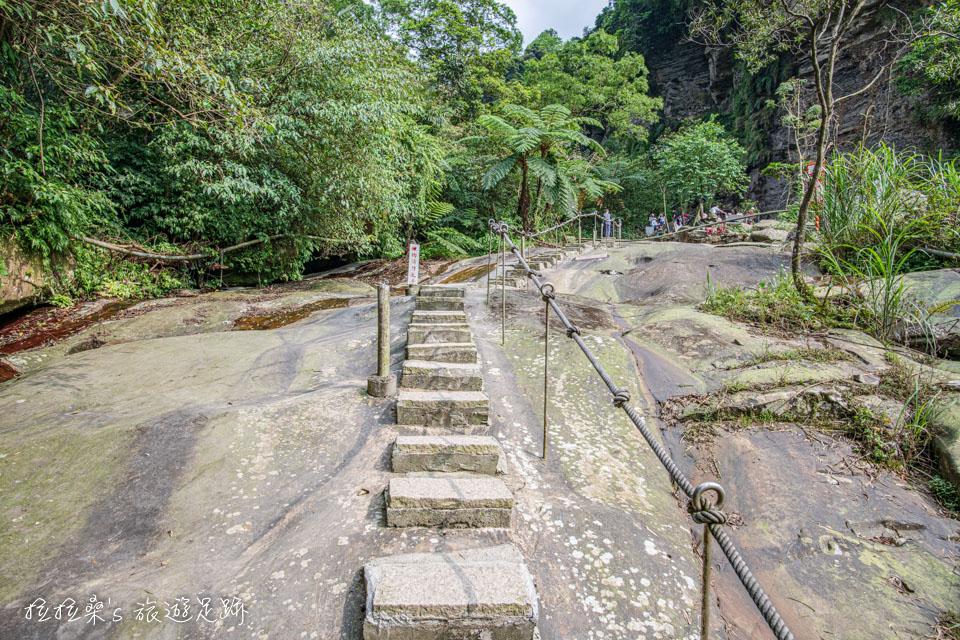 姜子寮絕壁步道最美的河床巨岩路段