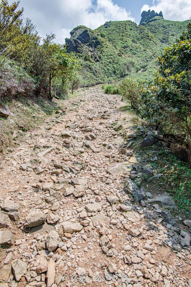 爬茶壺山途中的碎石路段稍微注意一下落腳點就能輕鬆通過