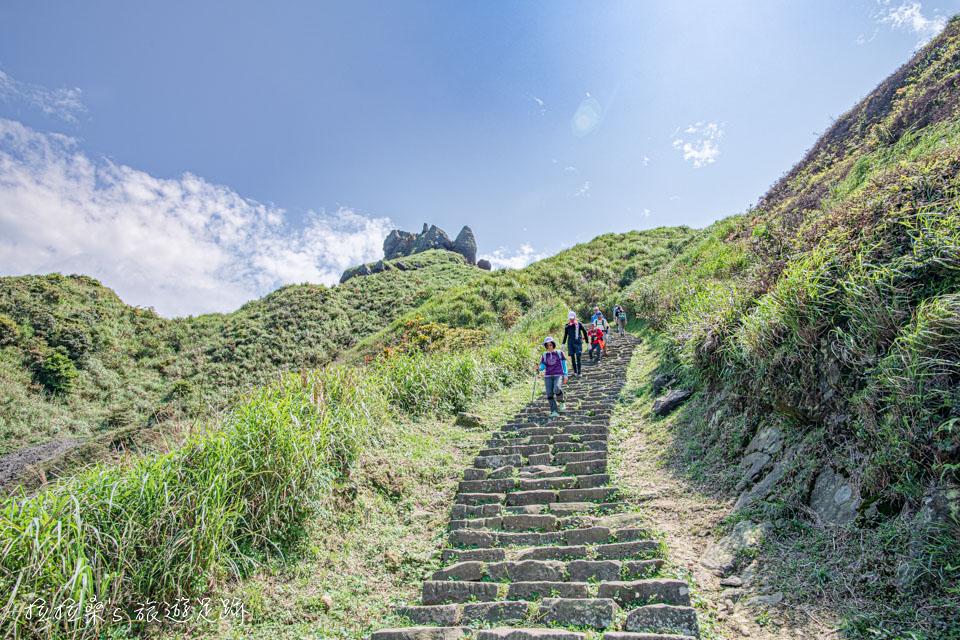 看向茶壺山頂的茶壺形狀岩體