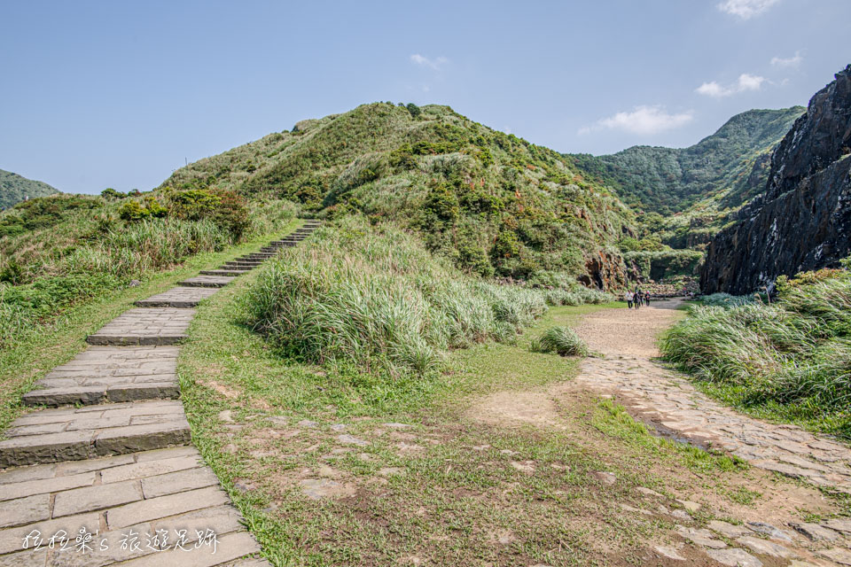 沿金瓜石地質公園步道走10多分鐘就能到本山礦場