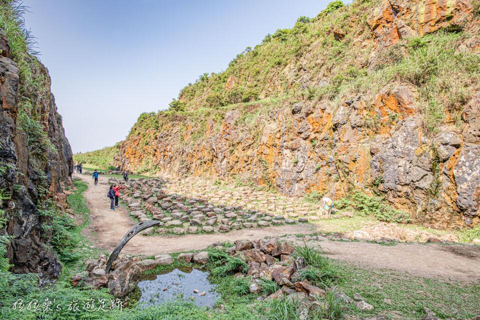 新北金瓜石地質公園本山礦場,獨特的石頭陣、一路遠眺翠綠群山美景