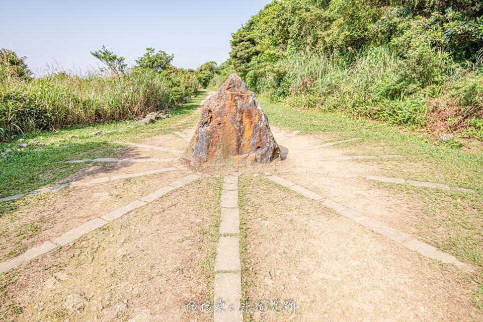 金瓜石地質公園步道上的礦石造景