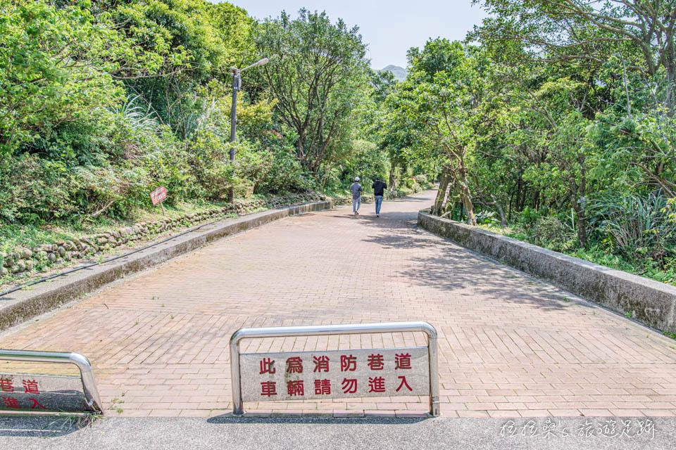 勸濟堂停車場就有通往黃金博物館的道路