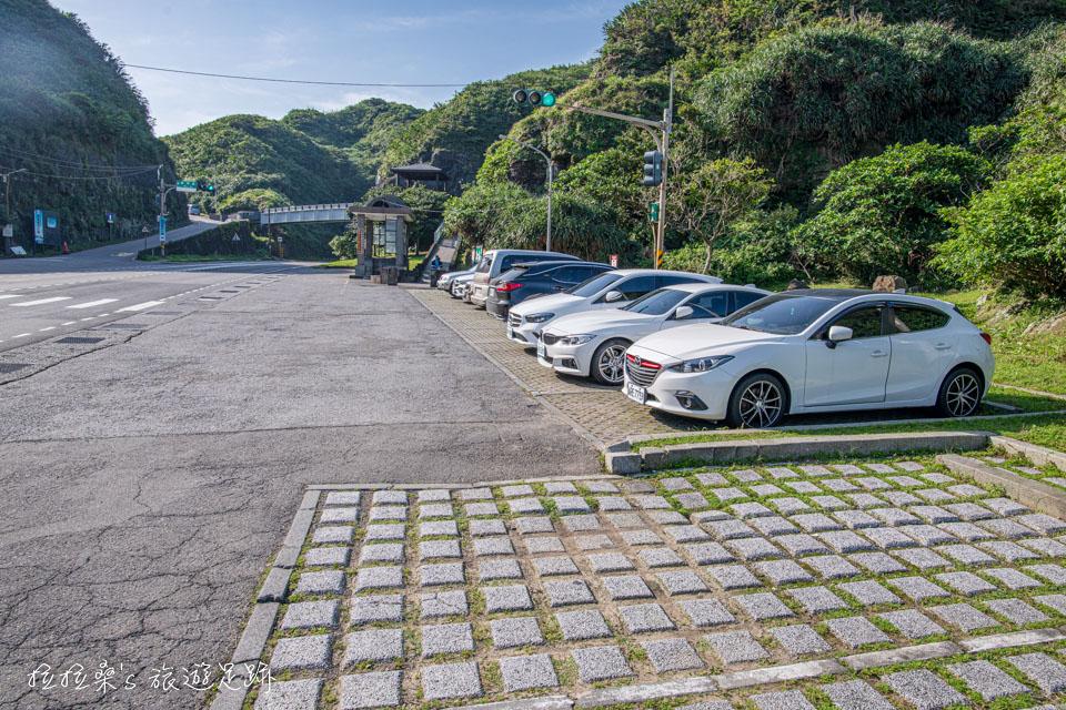 鼻頭角漁港入口附近的免費停車場