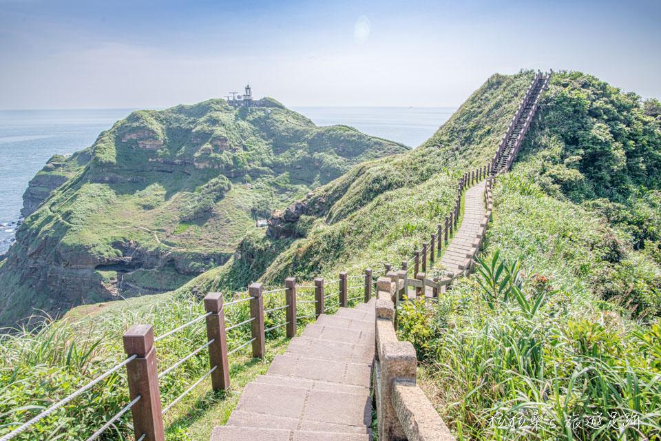 隨著山勢起伏的鼻頭角步道就是旅人們最棒的拍照背景