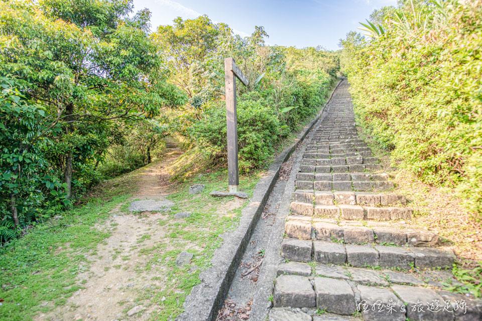基隆山登山步道多為一路向上的石階