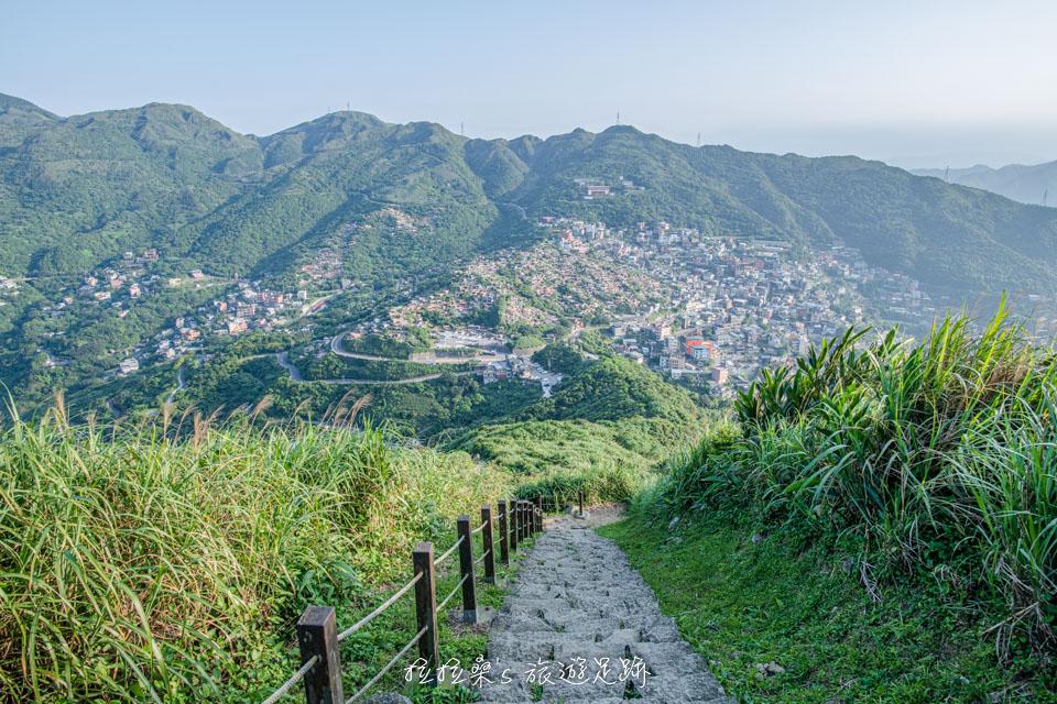 基隆山登山步道能俯瞰九份老街的山城美景