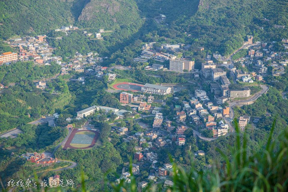 基隆山山頂上視野很好,金瓜石、茶壺山等盡收眼底