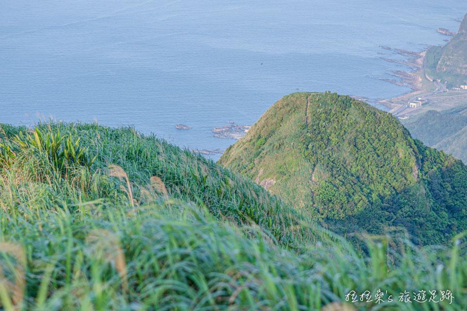 基隆山山頂上能看到基隆山東峰雷霆峰