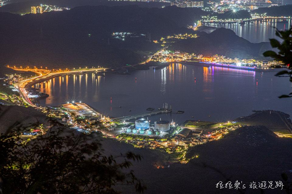 基隆山登山步道也能遠眺深澳漁港夜景