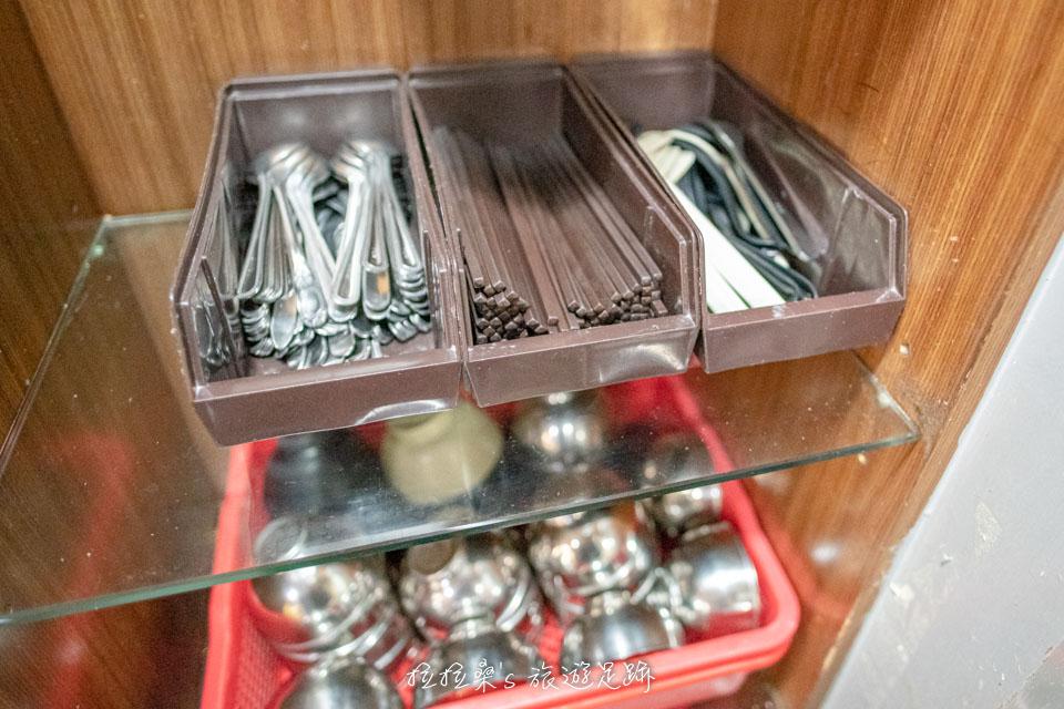 玉林雞腿大王的餐具都放在自助區