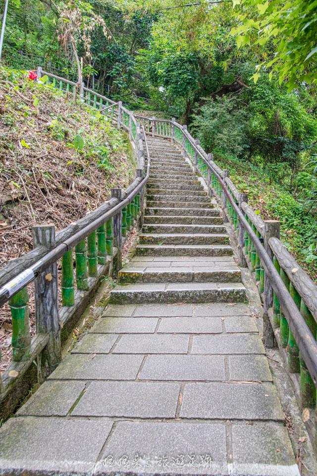 台北劍潭山親山步道開始是一路往上的樓梯